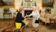 Theresa May asume como primera ministra británica ante los ojos de la reina Isabel. Foto: Reuters.
