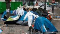 Policías retirando carpas y limpiando las calles. Foto: AFP