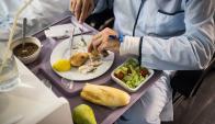 Dieciocho funcionarios deben elaborar 360 platos para los pacientes. Foto: Google