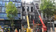 Ayer comenzaron las tareas de demolición del local en ruinas. Foto: F. Flores