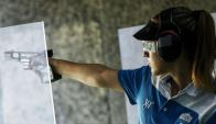 Anna Korakaki durante su prueba de pistola de aire a 25 metros donde conquistó el oro. Foto: AFP.