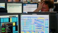 Un operador de la Bolsa de Londres preocupado. Foto: Reuters