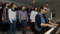 Carmen Pi dirige a Coralinas. Foto: archivo El País