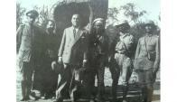 En Boquerón con oficiales paraguayos durante la Guerra del Chaco, octubre de 1932.De izq. a der. Mayor Rolando Ibarra, padre Tomás Valdez Verdún, Luis Alberto de Herrera, dos oficiales y el Arq. Tomás Romero Pereira, Jefe de la Plaza del Fortín Isla Poí.