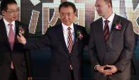 Acuerdo. Wang estrecha la mano del ejecutivo de Legendary, Thomas Tull. (Foto: EFE)