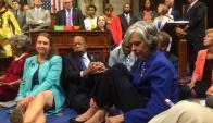 Demócratas en la sentada en el parlamento. Foto: Reuters
