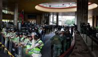 Policía venezolana custodia la entrada al Consejo Nacional electoral. Foto: EFE.