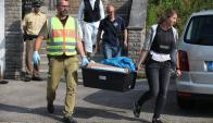 Policía alemana se lleva el material incautado en el hogar de refugiados donde vivía el atacante. Foto: EFE.