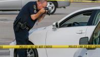 Un policía trabaja en la escena del crimen. Foto: AFP.
