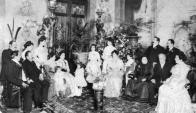 La familia Arteaga y la niña Celia Rodríguez Larreta en un severo retrato de época. Foto gentileza  de Freddy De Arteaga.