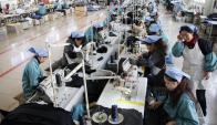 La suba de salarios y el exceso de capacidad complican. Foto: AFP