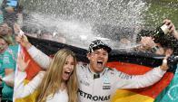 El más rápido. Rosberg celebra el título junto a su esposa, Vivian Sibold, en Abu Dhabi. (Foto: AFP)