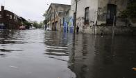 La esquina de Galicia y Andes, en el Centro de Montevideo, quedó anegada por las lluvias. Foto: L. Mainé