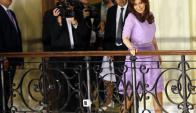 Cristina Fernández hablándole a la militancia en uno de los balcones de la Casa Rosada. Foto: Reuters