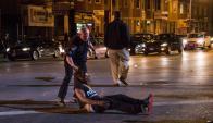 Un manifestante que hacía su reclamo pacífico fue gaseado por un policía.
