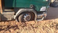 Dos camiones con sorgo y madera quedaron enterrados en ruta 19 el 14 de abril de 2015. Foto: Víctor Rodríguez