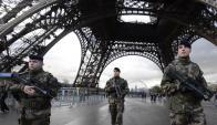 Vigilancia: policías montan guardia bajo la torre Eiffel. Foto: AFP