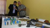 Jefes de Montevideo y de la Guardia Republicana analizan armas de delincuentes. Foto: A.Colmegna.