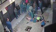 Los menores quedaron esposados y en el piso. Captura: Canal 10