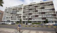 Original: fachada del edificio con brise soleil y terrazas abiertas.