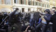 Hinchas de Feyenoord se enfrentaron a la policía antes del partido. Fotos: AFP / Reuters