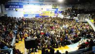 Cientos se reunieron ayer y a diferencia de sus colegas de Secundaria y UTU, levantaron el paro.