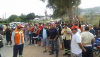 Trabajadores se movilizan en las entradas a la obra de la regasificadora. Foto: El País