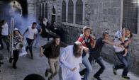 Un grupo de jóvenes palestinos huye de la carga policia israelí. Foto: Reuters.