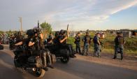 Policías esperan la orden de desalojo para un predio de 60 hectáreas en Merlo. Foto: La Nación.