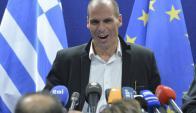 El ministro de Finanzas griego habla con los medios. Foto: EFE
