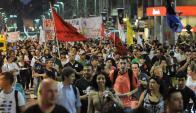 Tras recorrer el Centro de Montevideo, unos 2.500 trabajadores de distintos gremios públicos y cooperativistas de viviendas  se concentraron frente al Palacio Legislativo. Foto: Julio Barcelos