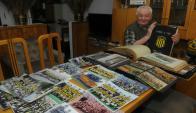 Julio Lema y su colección de fotos de Peñarol (Foto: Ariel Colmegna)