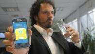 Hora de beber. El uruguayo Esteban Salsano enseña la aplicación Aqualert