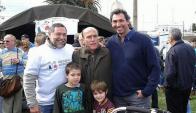 El intendente electo por Montevideo Daniel Martínez y el alcalde del Municipio CH Andrés Abt apoyaron la paella de la Escuela Horizonte. Foto: @Herrerismo