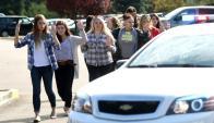 Estudiantes, profesores y personal son retirados del campus tras el atentado. Foto: AFP