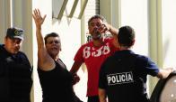 El hombre hizo varias señas con su mano al salir del juzgado. Foto: Francisco Flores