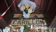 Flores en la puerta del restaurante Le Carrillon, la mañana siguiente a los atentados. Foto: Reuters.