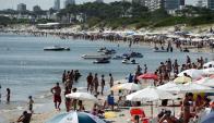 Imagen de la playa Mansa colmada de turistas que gozaron de buen clima del carnaval. Foto: R.Figueredo.