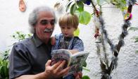 El escritor Ignacio Martínez y uno de sus nietos.