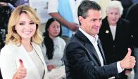 Después de votar, Peña Nieto y su esposa saludan a sus partidarios. Foto: EFE