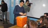 El candidato a intendente de Salto por el Frente Amplio Andrés Lima votó alrededor de las 9:00. Foto: Luis Pérez