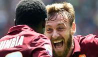 Romanos. De Rossi, loco de la vida tras su gol, festeja con el marfileño Doumbia. Foto: AFP