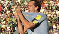 Goleador. Godín y la celebración luego de haber covnertido el 2-0 en La Paz.