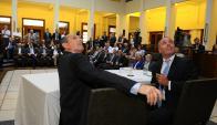 El presidente de UTE, Gonzalo Casaravilla,  y  el presidente de la Bolsa de Valores ,  Pablo Sitjar, al realizar el anuncio. Foto: Darwin Borrelli