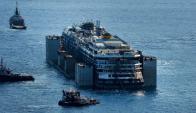 El Costa Concordia deja la Isla de Giglio para ser desguazado en Génova. Foto: AFP