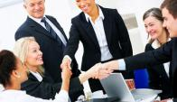 la toma de decisiones se divide en equipos autoorganizados en lugar de estar en manos de los niveles más altos de la estructura empresarial