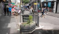 En el Centro de Salto hay bolsas tiradas y agua estancada. Foto: Luis Pérez.