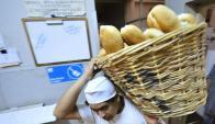 Empresarios expresaron que en almacenes y kioscos se vende pan de origen desconocido. Foto: AFP.