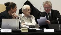 Gröning con sus abogados durante una de las últimas audiencias. Foto: Reuters.