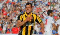 Locura. La de Matías Aguirregaray al celebrar su tercer gol clásico. Foto: A. Colmegna